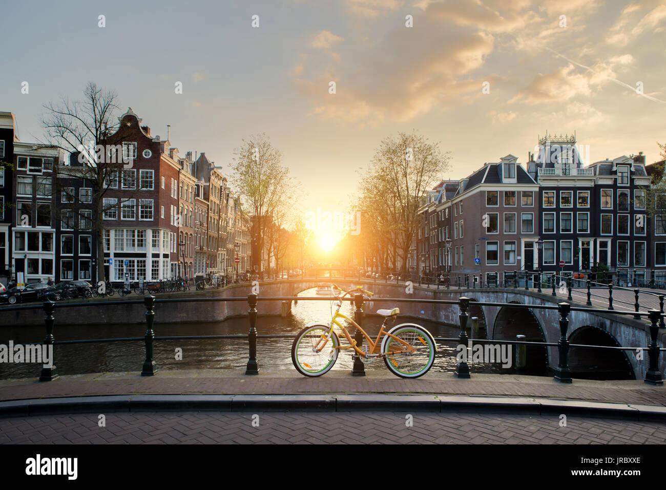 Doublure de bicyclettes un pont sur les canaux d'Amsterdam, Pays-Bas. Location est une forme importante de transport à Amsterdam, Pays-Bas. Banque D'Images