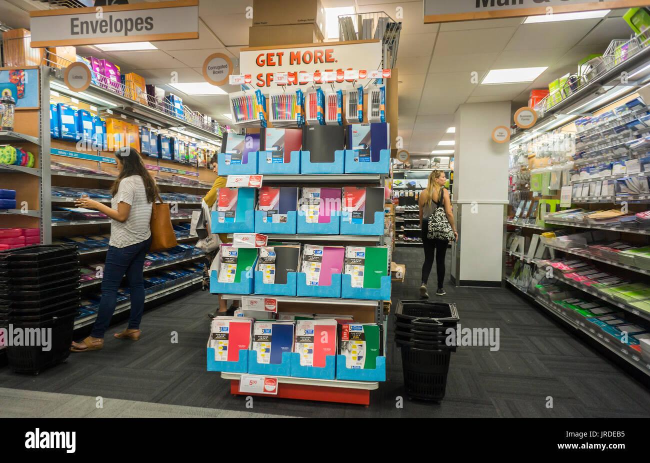 e3fe7eb2fc Retour à l'école Le shopping est vu dans un magasin Staples à New York le  lundi 31 juillet, 2017. Staples est signalé à être shopping sa brique et de  ...