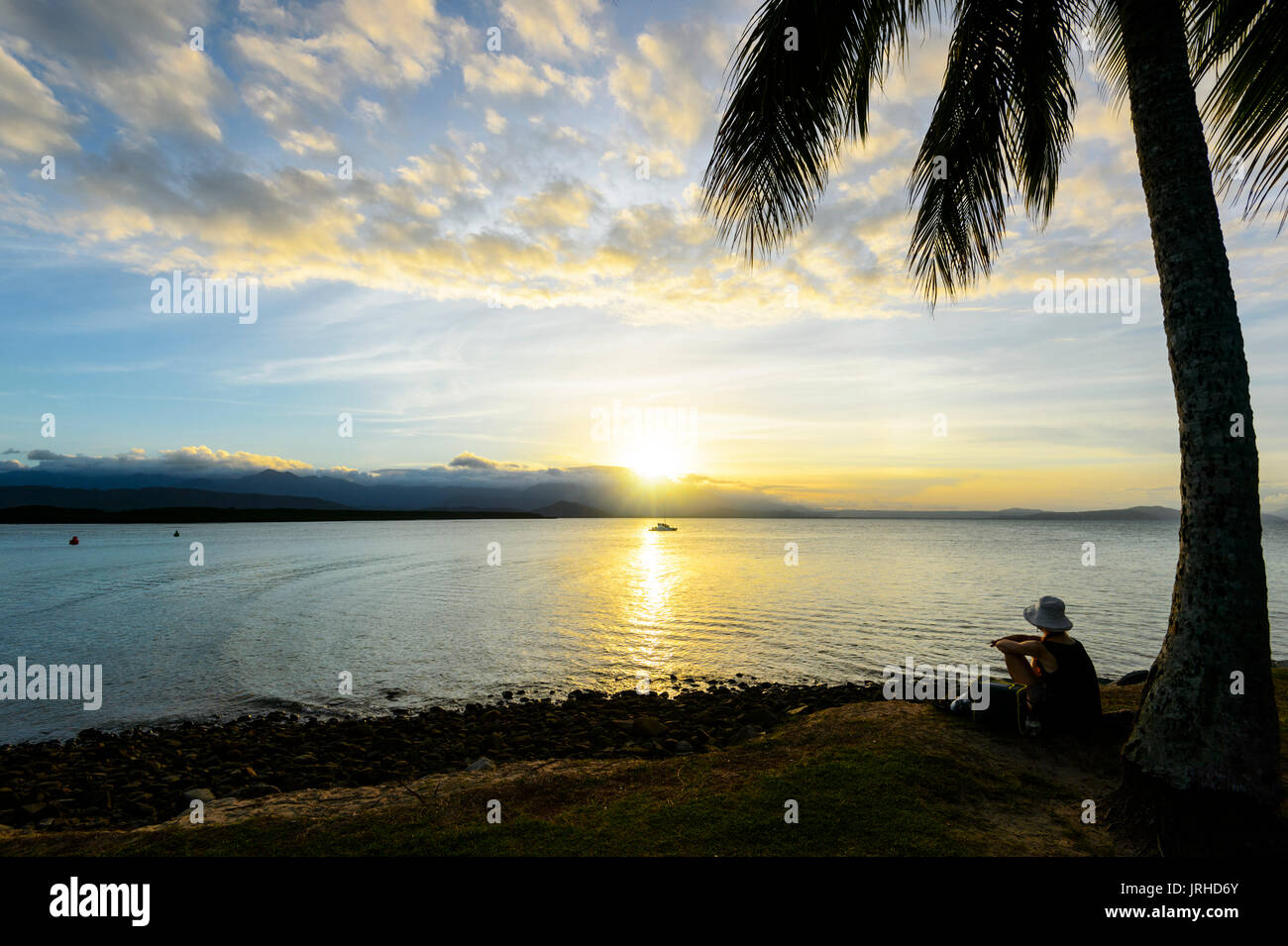 Femme regardant le coucher du soleil à partir de Rex Smeal Park, Port Douglas, Far North Queensland, Queensland, Australie, FNQ Photo Stock