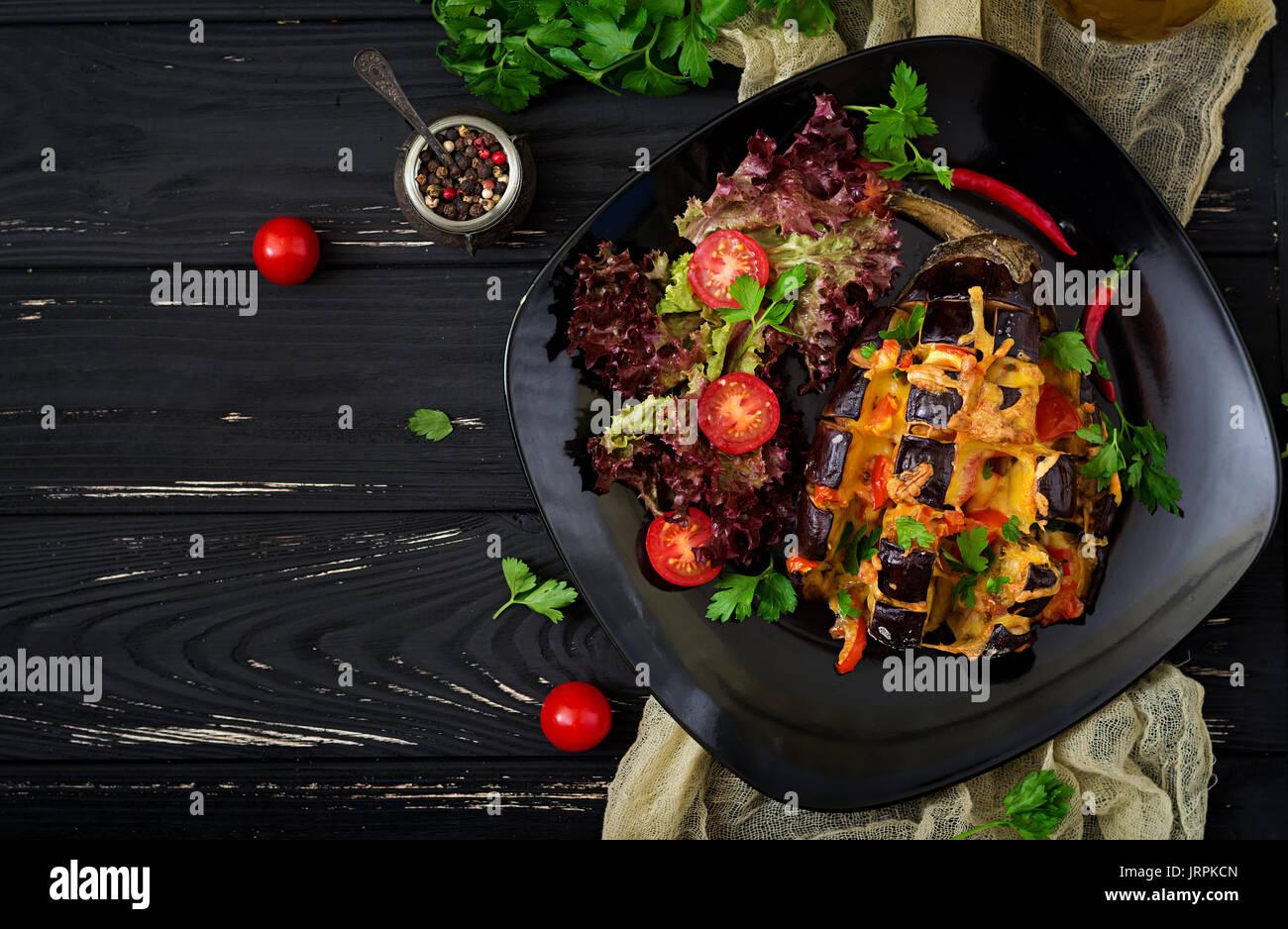 L'aubergine cuite au four avec du fromage et des tomates. Mise à plat. Vue d'en haut Banque D'Images
