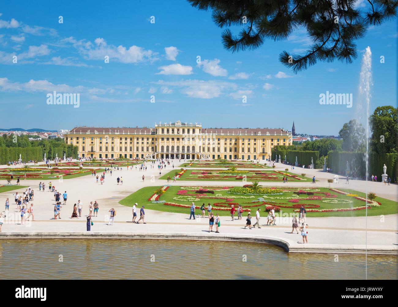 Vienne, Autriche - 30 juillet 2014: le palais Schönbrunn et ses jardins à partir de la fontaine de Neptune. Photo Stock