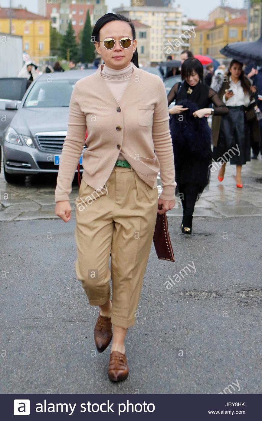 1eaee6685b45fe Gucci guest sous la pluie avec des lunettes. Personnes (Alexia Niedzielski,  Alexa Chung, Anna Del Russo, Salma Ayek) viennent d assister à la Gucci  Fashion ...