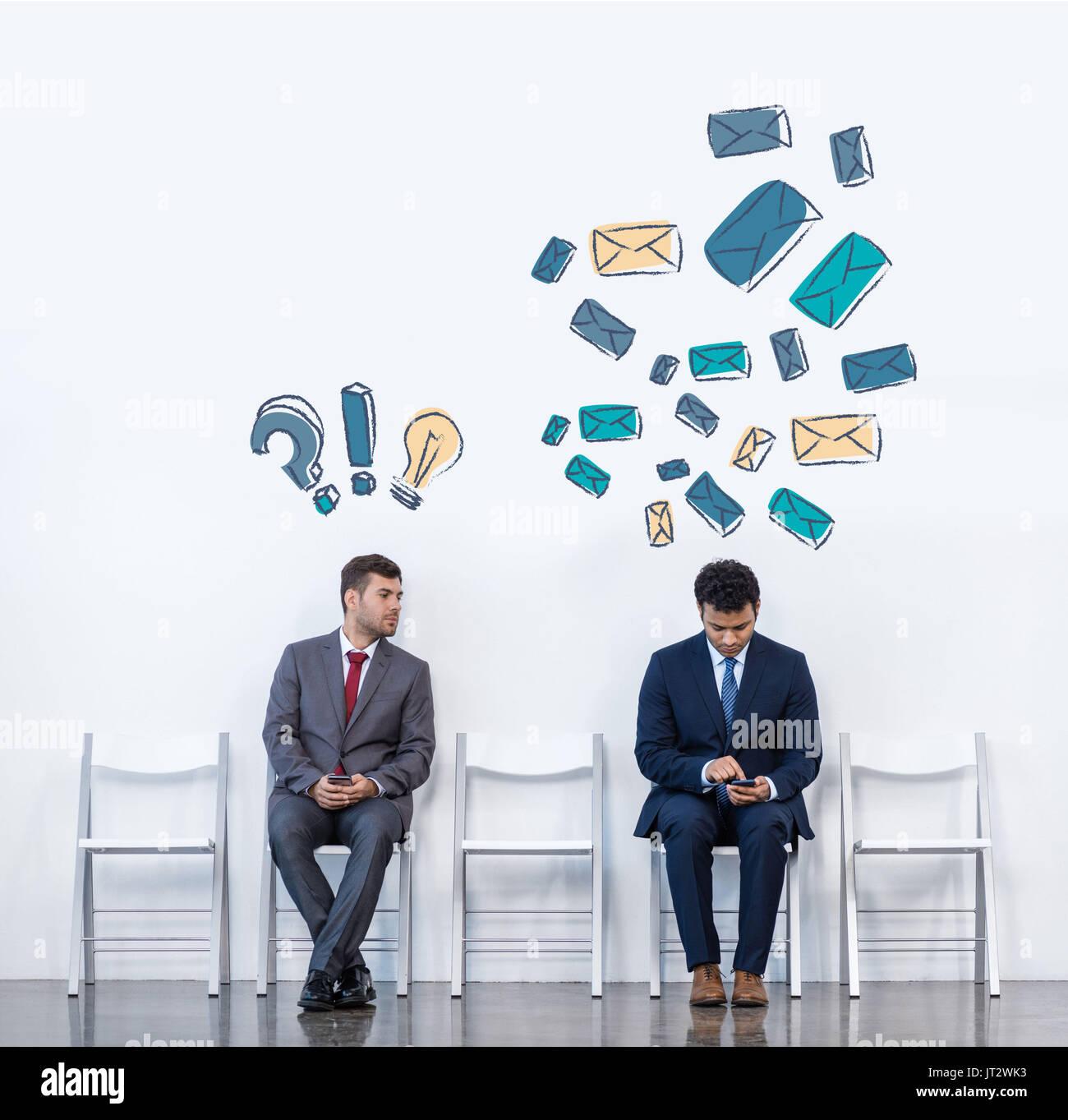 Les hommes d'affaires assis sur des chaises Photo Stock