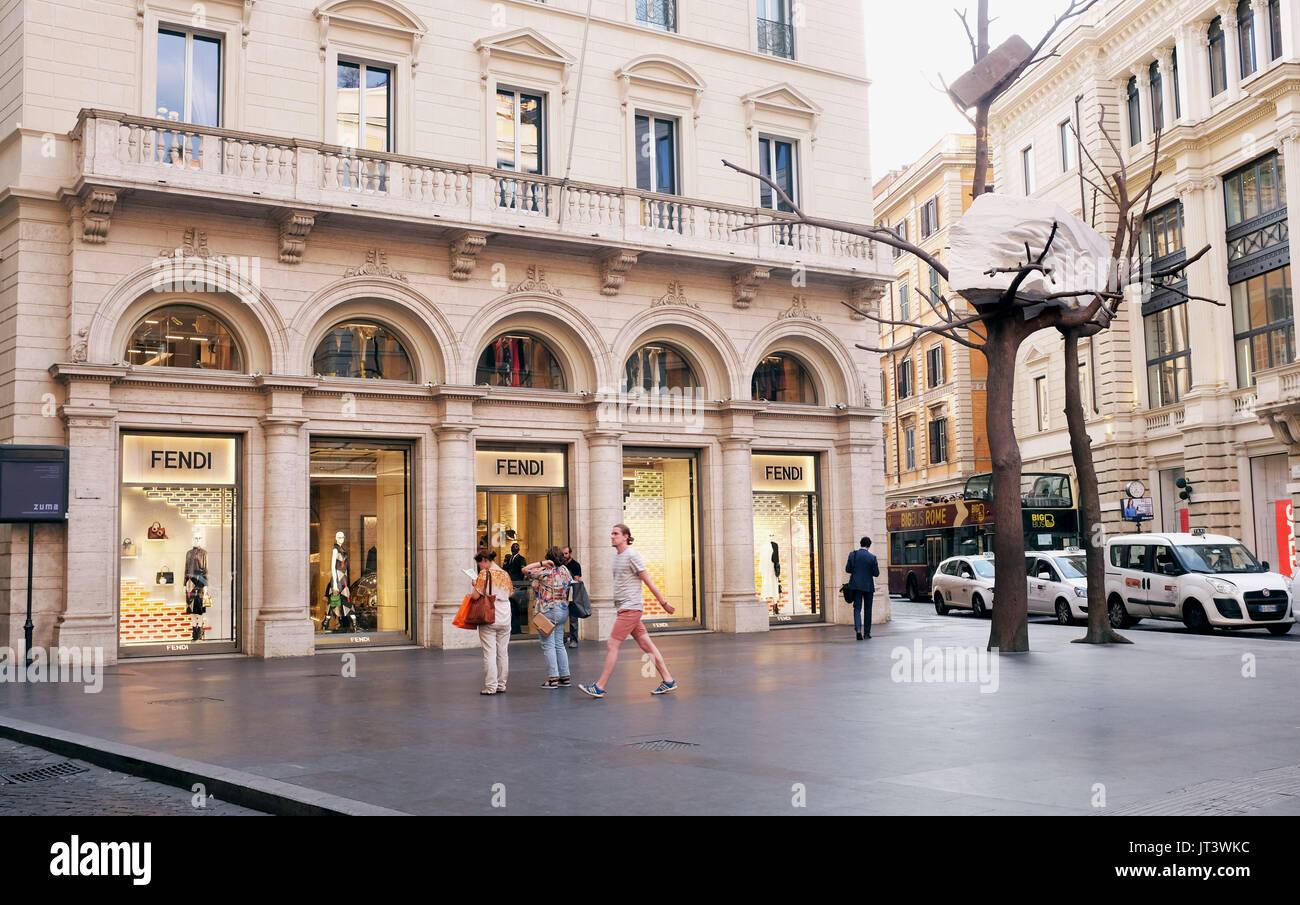 Rome Italie Juillet 2017 - La célèbre boutique Fendi dans Tridente district  sur la Via del 446d2eac640