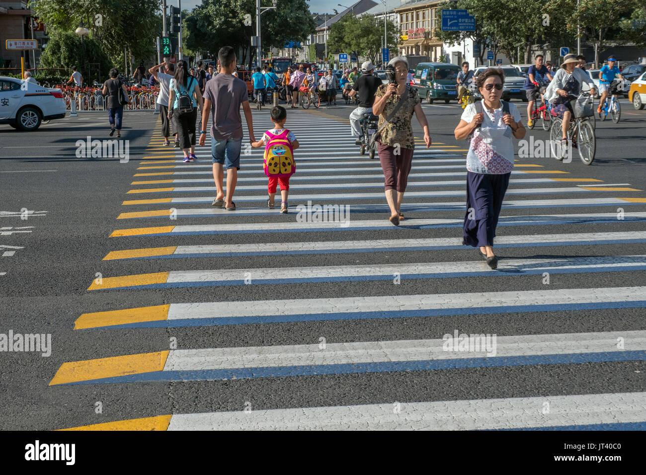 Les piétons au passage piéton 3D dans le centre de Pékin, Chine. 07-Aug-2017 Photo Stock
