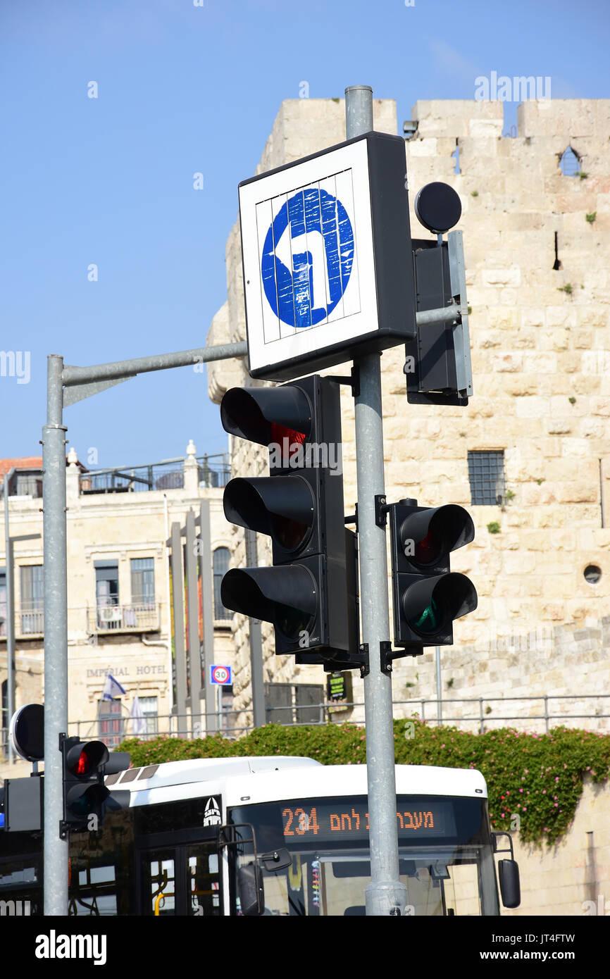 Feu de circulation à Jérusalem Israël et à gauche Photo Stock