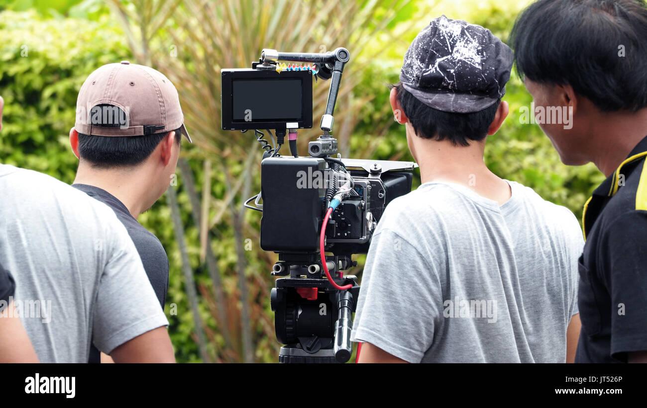 Dans les coulisses du tournage de film ou de production vidéo et de tournage avec l'équipe de l'équipement de l'appareil photo à l'emplacement en extérieur. Photo Stock