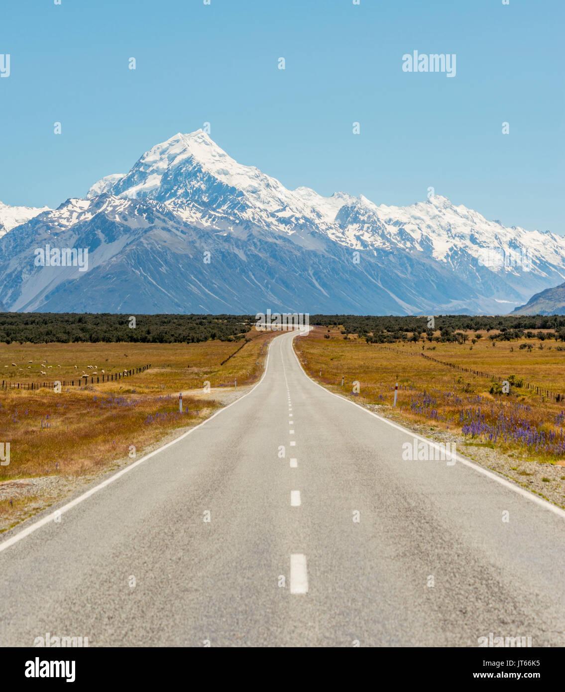 Route avec vue sur le Mont Cook, montagnes de neige, Parc National du Mont Cook Alpes du Sud, Canterbury, île du Sud, Nouvelle-Zélande Photo Stock