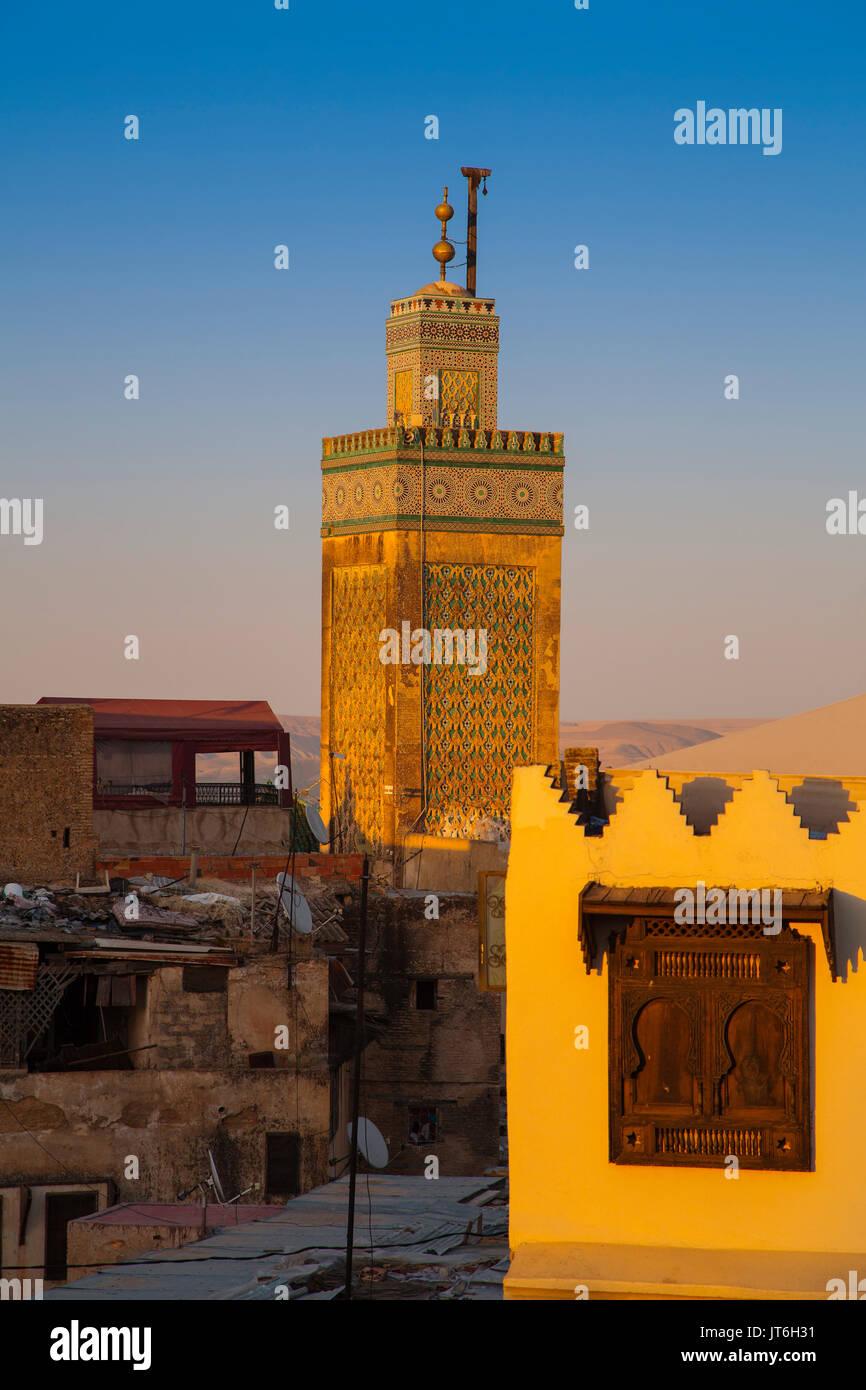 La Médersa Bou Inania minaret au coucher du soleil, le Souk Medina de Fès, Fes el Bali. Le Maroc, Maghreb, Afrique du Nord Photo Stock