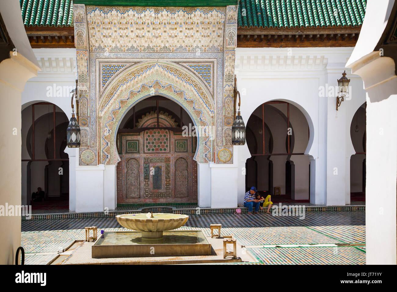 Al-Qarawiyyin ou al-Karaouine mosquée et l'université. Souk, Médina de Fès, Fes el Bali. Le Maroc, Maghreb, Afrique du Nord Photo Stock