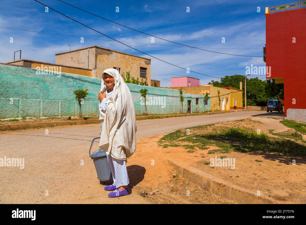 Bhalil, femme en robe blanche qui couvre sa tête. Le Maroc, Maghreb, Afrique du Nord Photo Stock