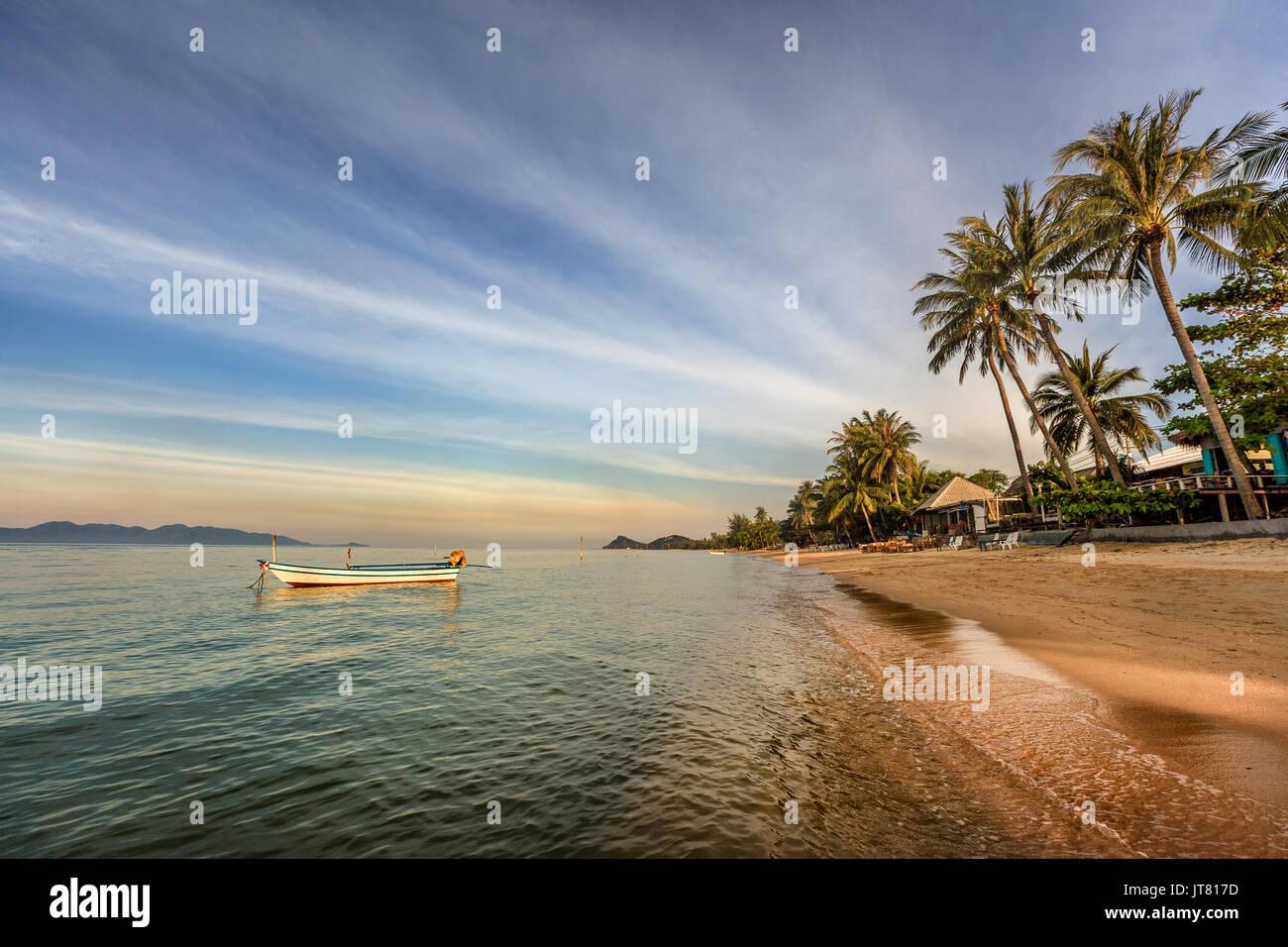 Bang Po Beach coucher de soleil dans l'île de Koh Samui, Thaïlande Banque D'Images