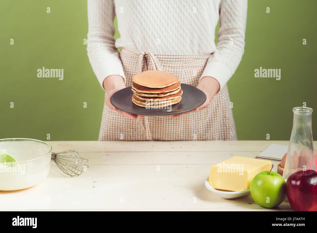 Chambre femme portant un tablier. Pas de faire de la cuisson ...