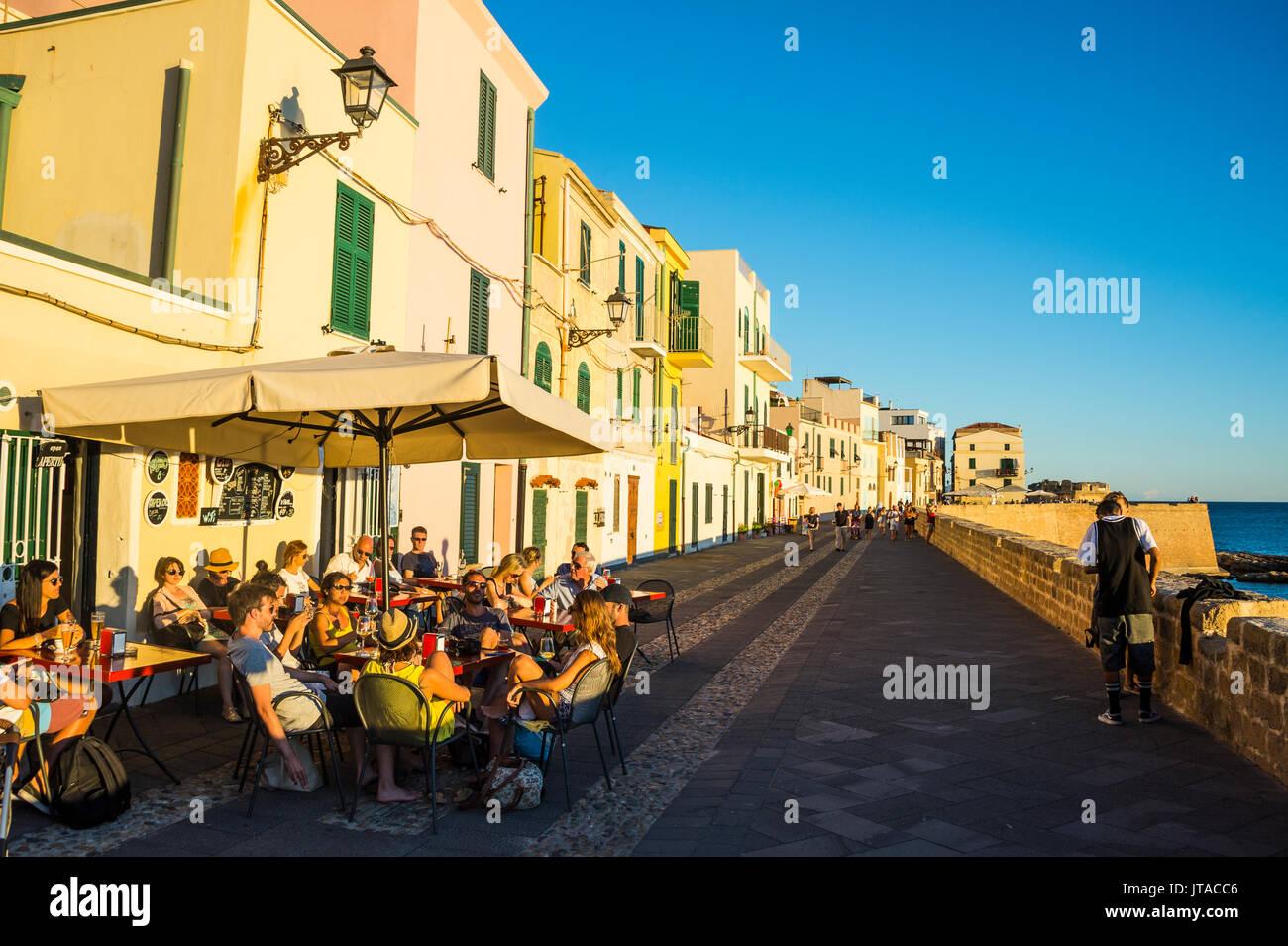 Restaurant sur la promenade de l'océan dans la ville côtière de Alghero, Sardaigne, Italie, Europe, Méditerranée Photo Stock