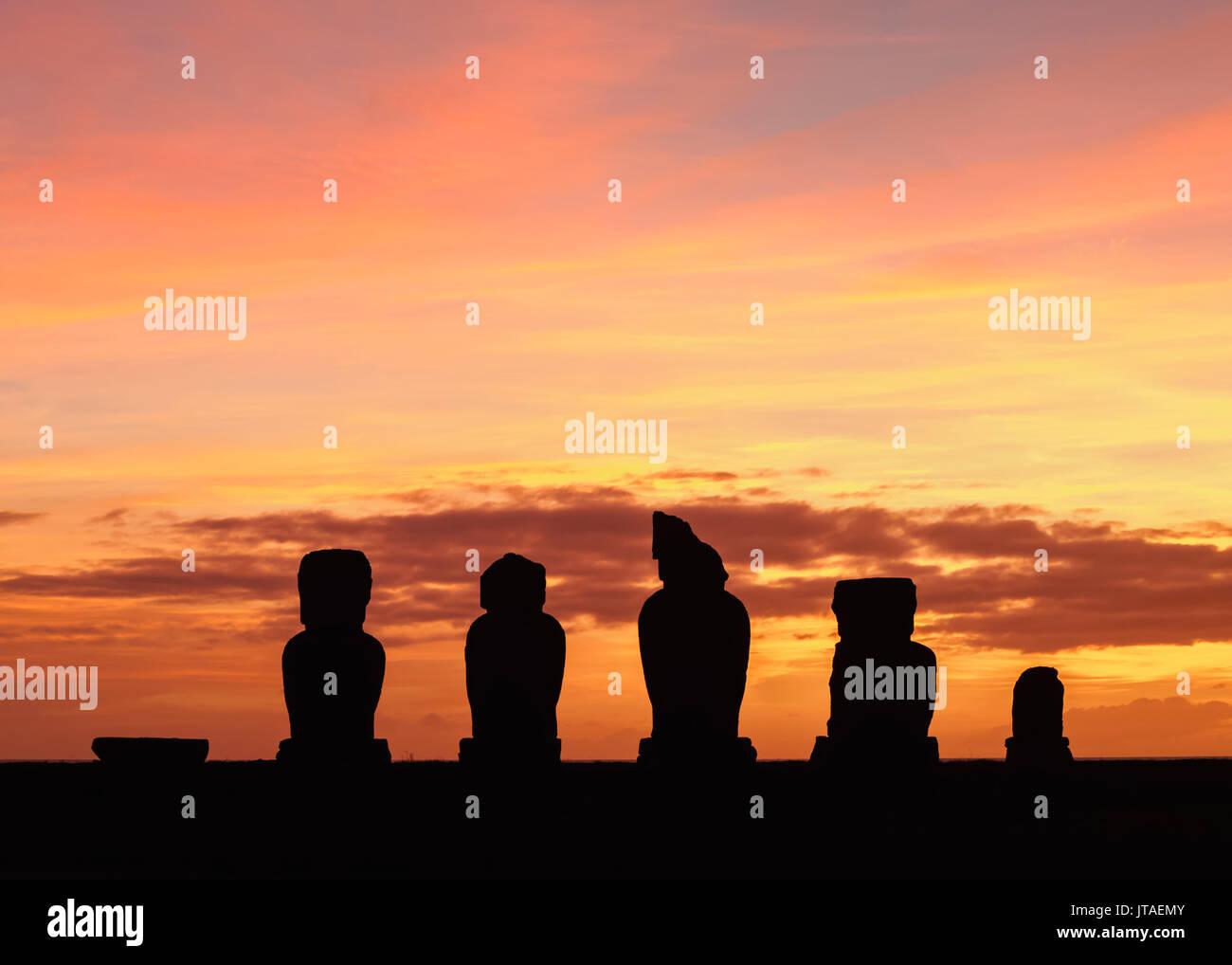 Moais de l'ahu Vai Uri au coucher du soleil, complexe archéologique Tahai, parc national de Rapa Nui, Site du patrimoine mondial de l'UNESCO, l'île de Pâques, Chili, Amérique du Sud Photo Stock