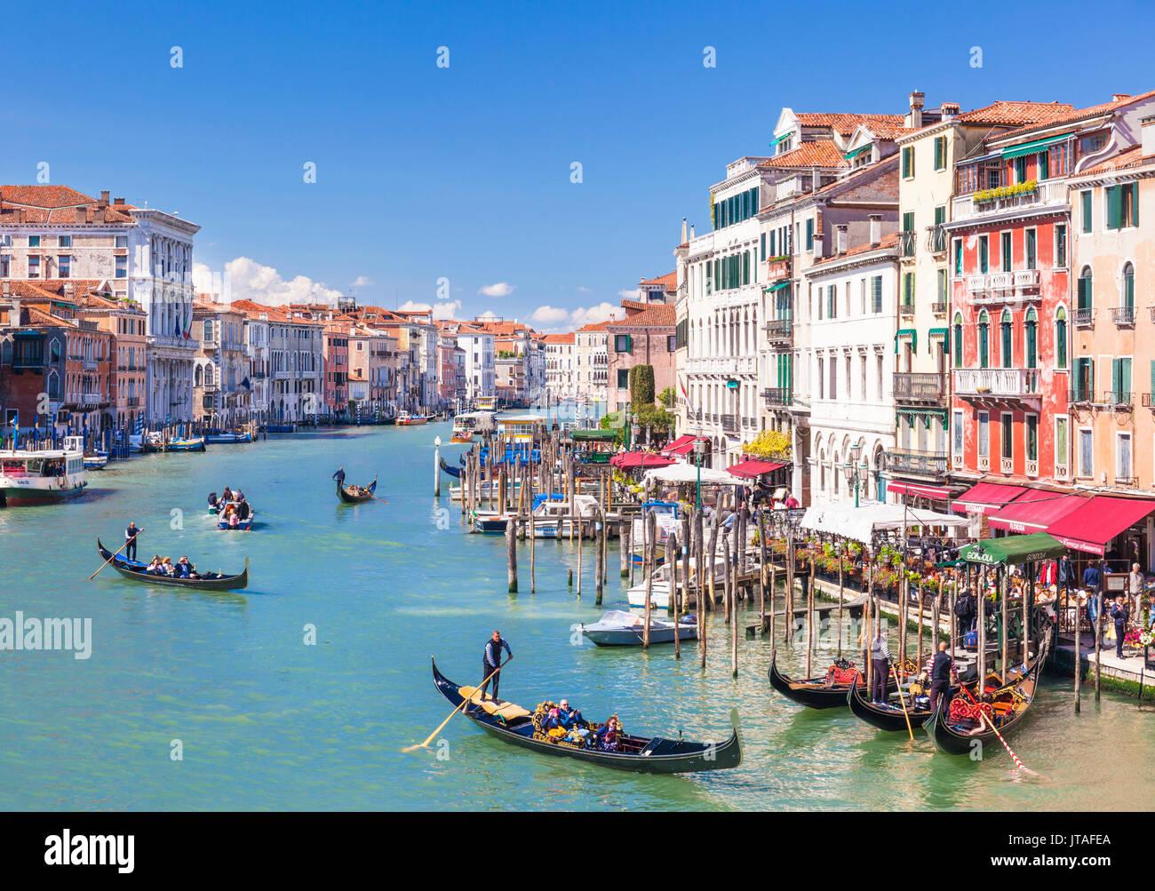 Gondoles, avec les touristes, sur le Grand Canal, à côté de l'Fondementa del Vin, Venise, UNESCO World Heritage Banque D'Images
