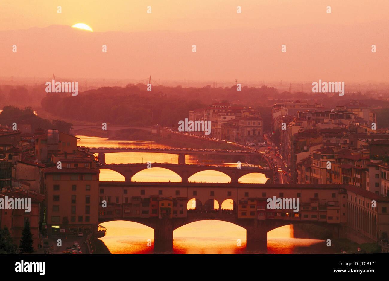 Coucher du soleil sur l'Arno et le Ponte Vecchio, Florence, Toscane, Italie Photo Stock