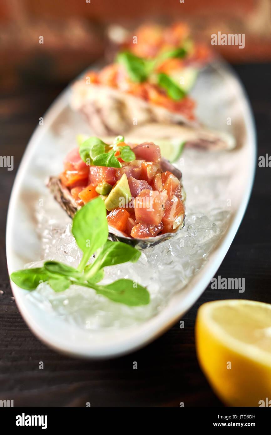Délicieux poisson rouge dans les carapaces de crustacés. Avec le citron et lime jpg Photo Stock