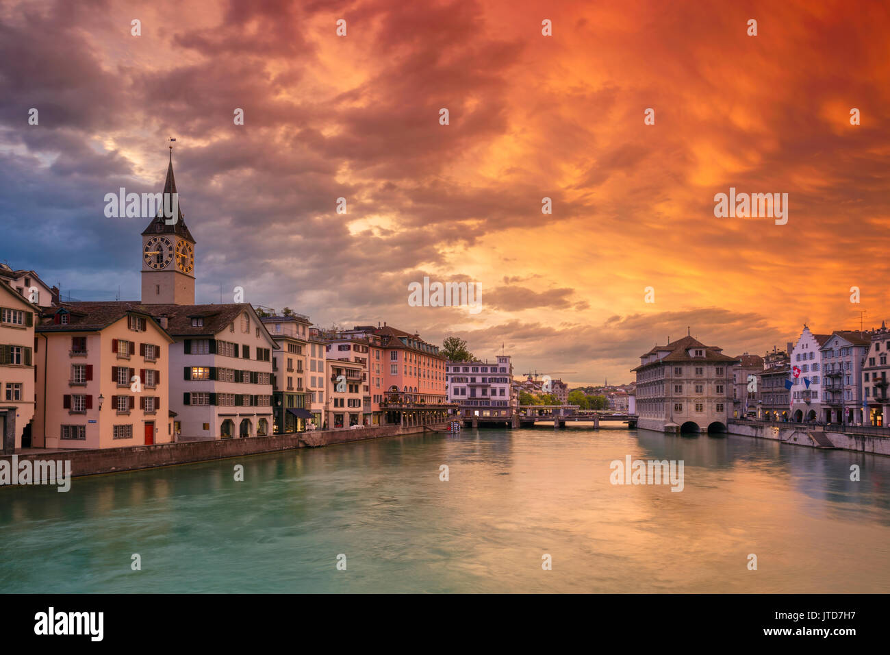 Zurich. cityscape de droit de Zurich, Suisse pendant le coucher du soleil spectaculaire. Banque D'Images
