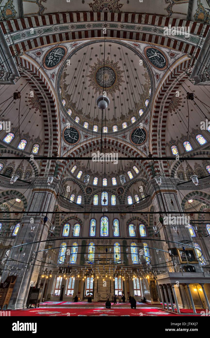 Istanbul, Turquie - 21 Avril 2017: la mosquée de Fatih, une mosquée dans le quartier de Fatih, Turquie, avec Prières Banque D'Images