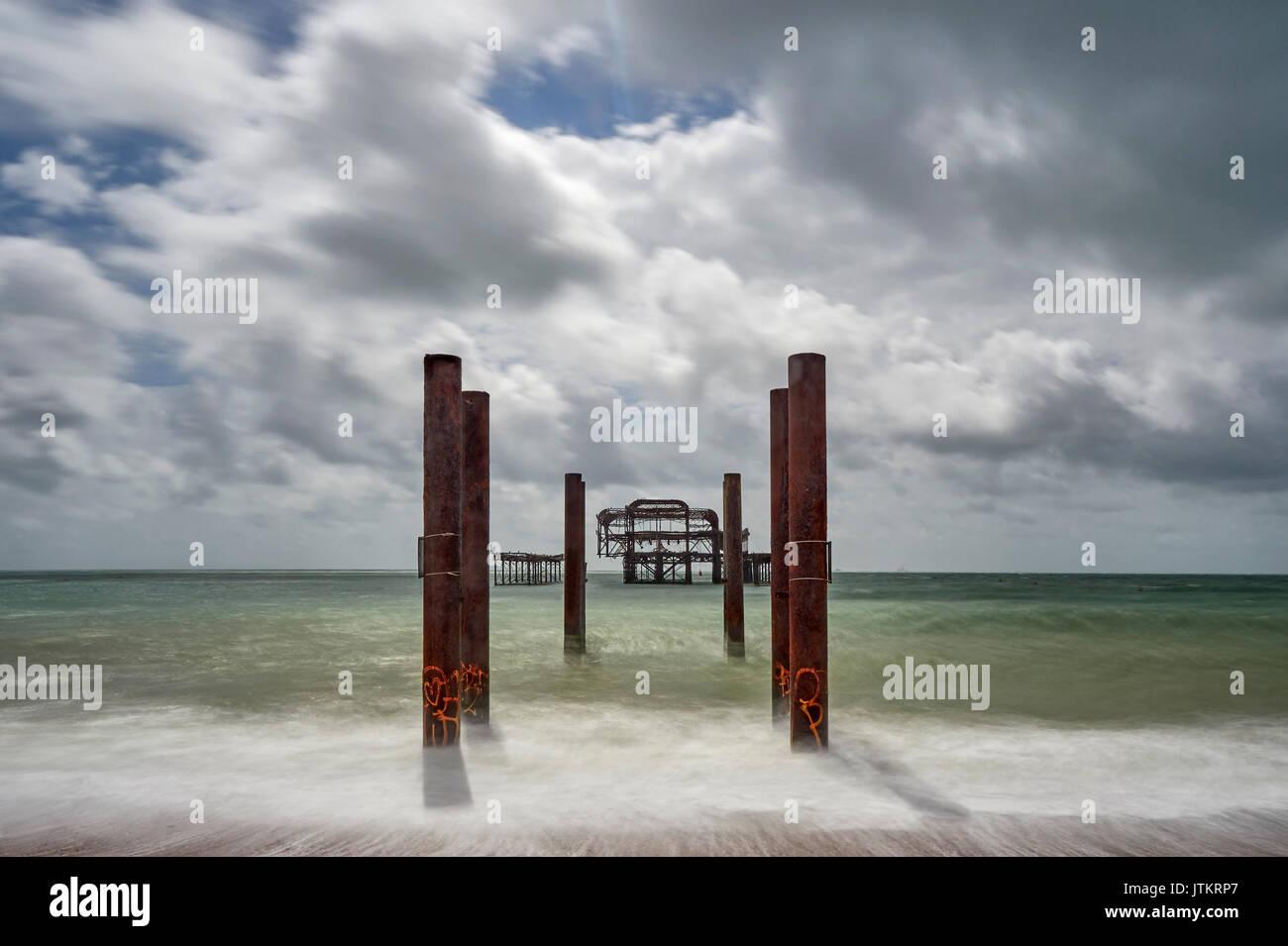 La plage de Brighton et le reste au large de la jetée Ouest longue exposition East Sussex Banque D'Images