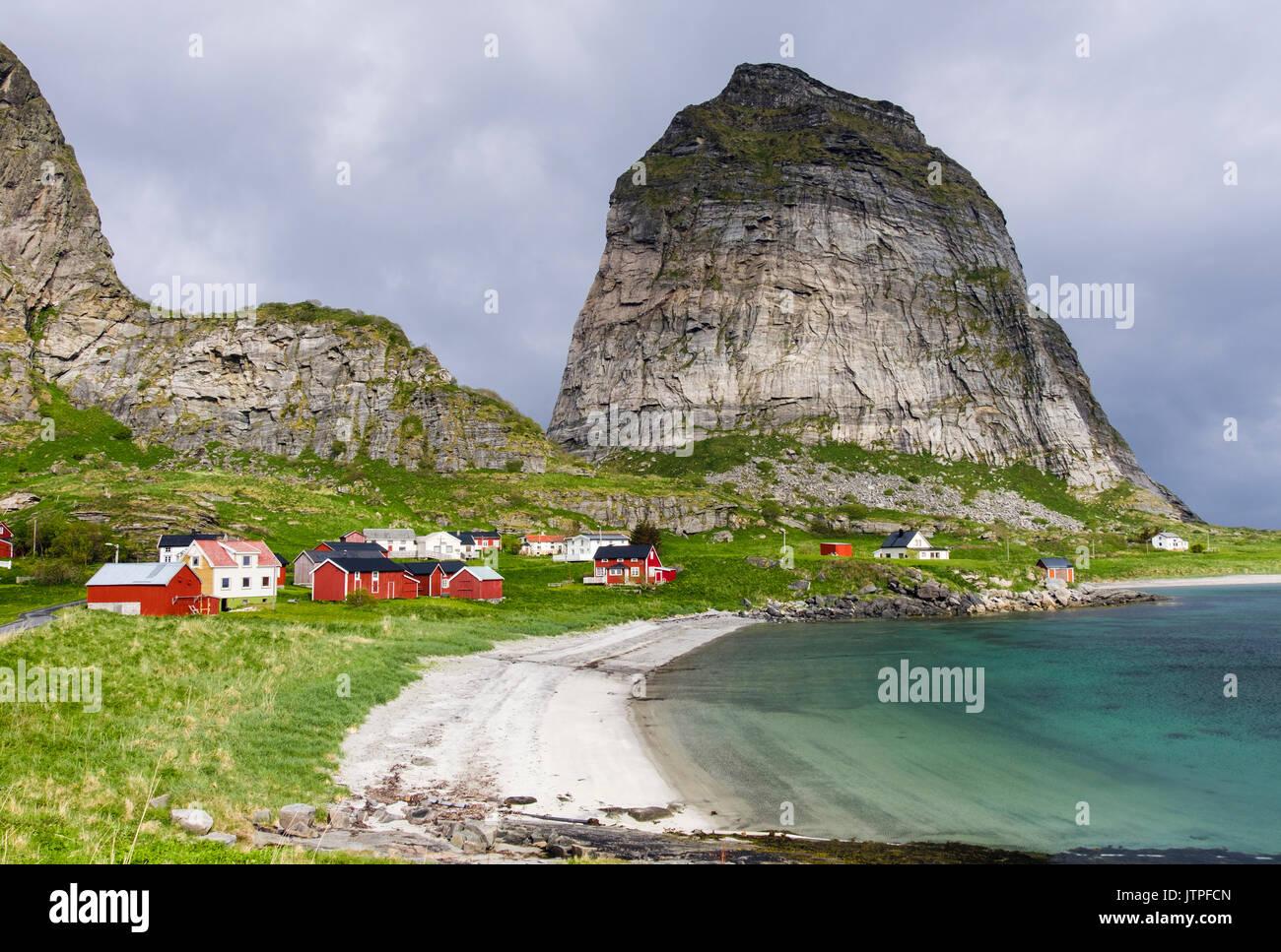 Une vieille Sanna, ancien village de pêcheurs maisons ci-dessous Traenstaven montagne en été sur l'île de Sanna, Traena, comté de Nordland, Norvège, Scandinavie Photo Stock