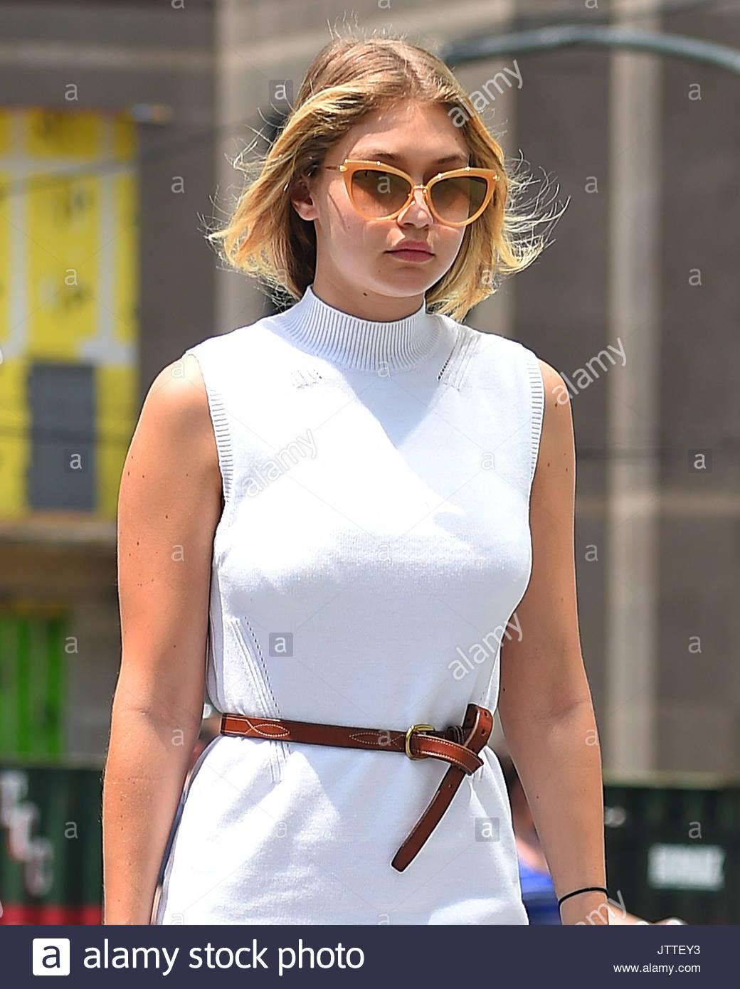 3249dbdf0987 Gigi Hadid porte une robe blanche et marron ceinture en balade à New York  City