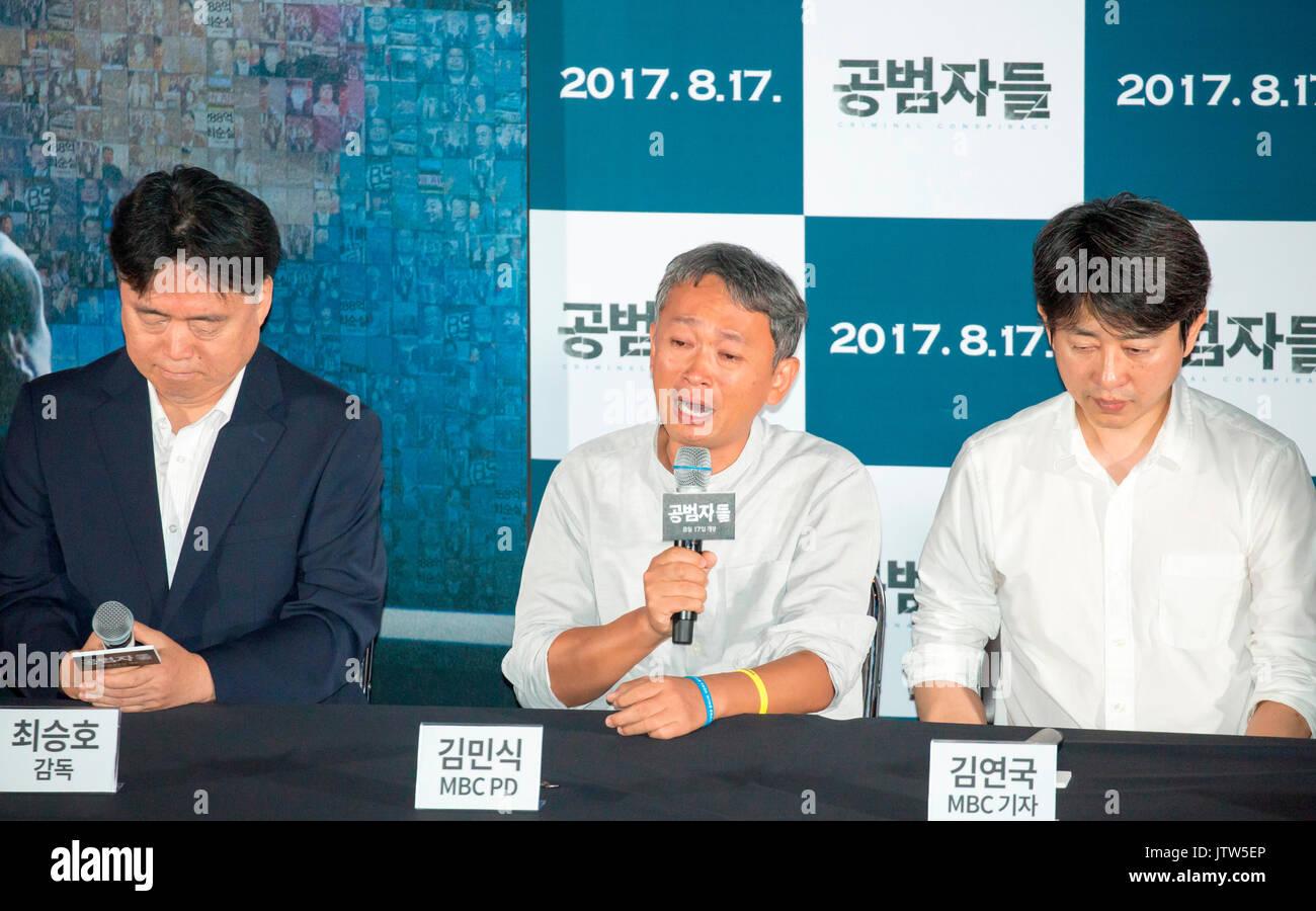"""Choi Min-Sik, Seung-Ho Kim Kim et Yeon-Guk, Aug 9, 2017: Kim Min-Sik (C), un producteur de théâtre et de divertissement à Munhwa Broadcasting Corporation (MBC), pleure lors d'une conférence de presse après un essai d'un film documentaire, """"association de malfaiteurs"""" à Séoul, Corée du Sud, alors que Choi Seung-Ho (L), ancien producteur à MBC qui a été rejeté par le réseau sud-coréen en juin 2012 et Kim Yeon-Guk, journaliste à la MBC et leader de l'union du travail du réseau. Le film montre comment les journalistes et le personnel de la radiodiffusion publique sud-coréens ont été punis pour aller contre pro-gouvernement stan Photo Stock"""
