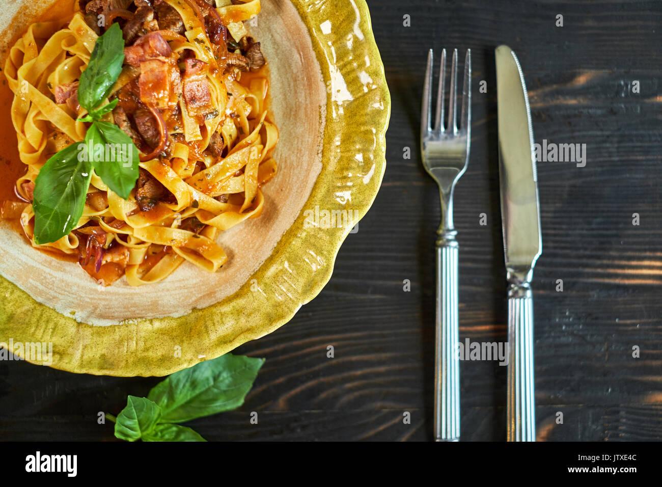L'Italien pâtes penne aux tomates et pesto dans un restaurant Photo Stock