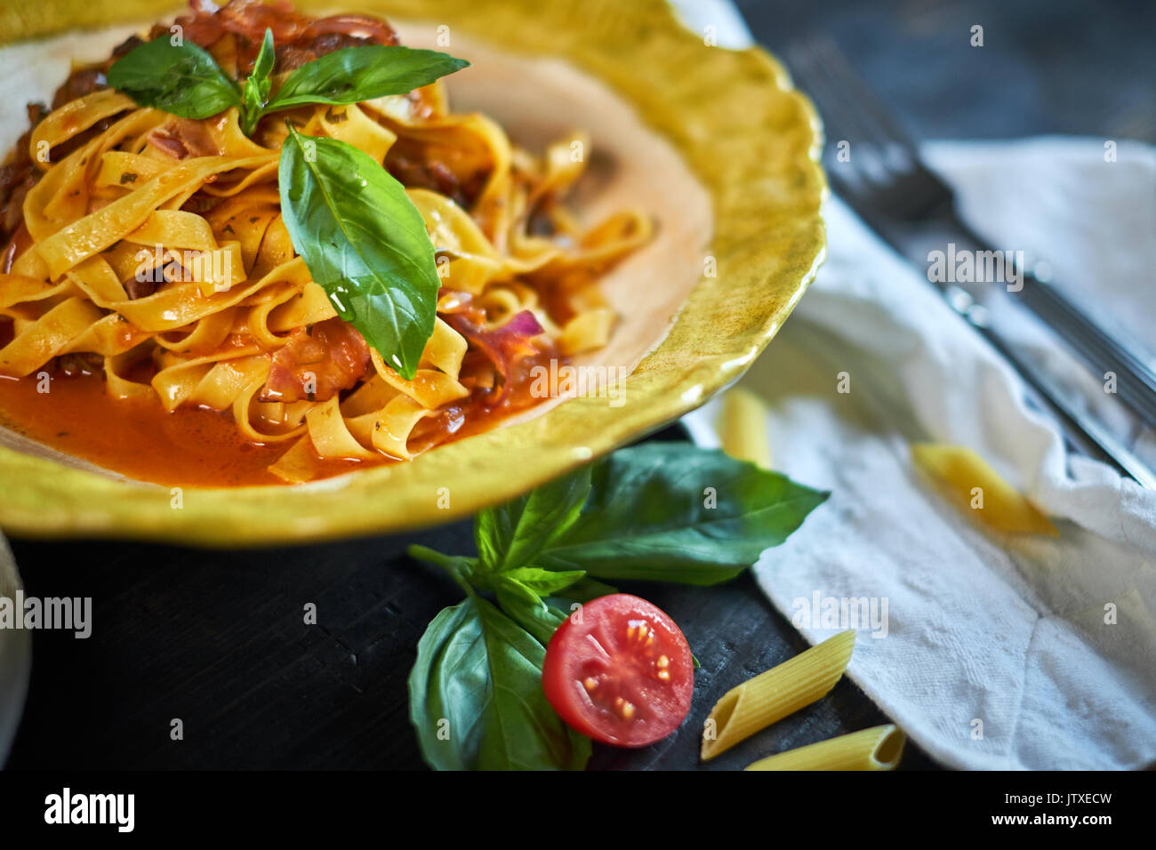 L'Italien pâtes penne aux tomates et pesto dans un restaurant jpg Banque D'Images