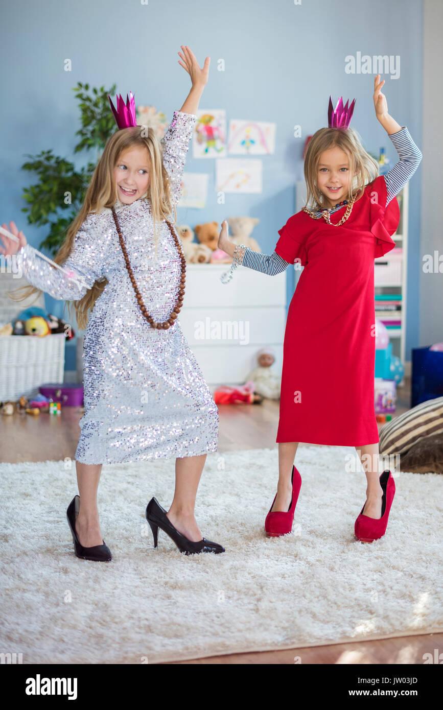 Petite Princesse portant les habits de maman Photo Stock
