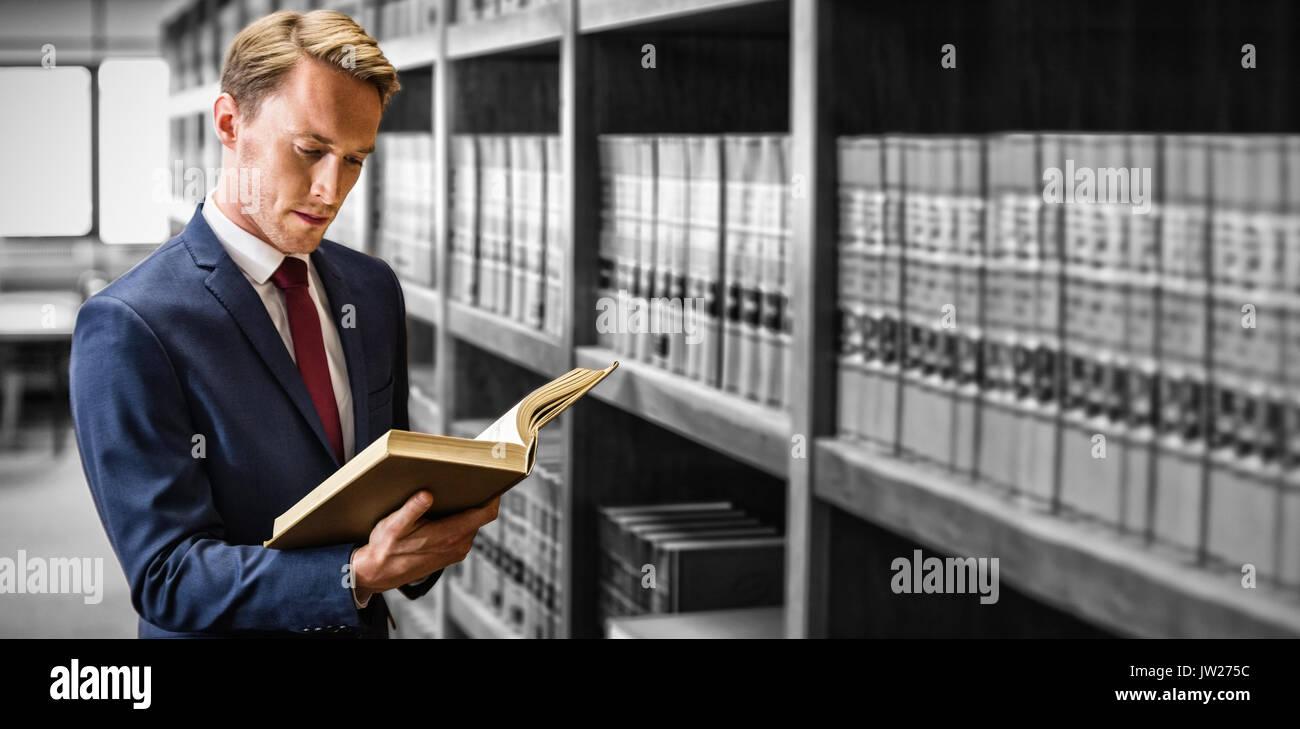 Beau avocat lecture à votre bibliothèque de droit à l'université Photo Stock