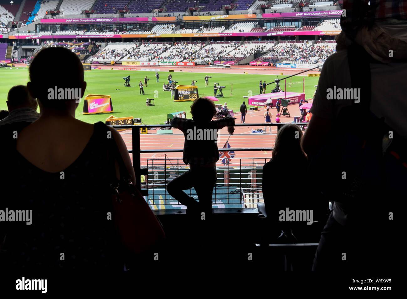 Londres, Royaume-Uni. 11 août 2017. Un jeune fan est vu en silhouette regardant la qualification de saut en hauteur Banque D'Images