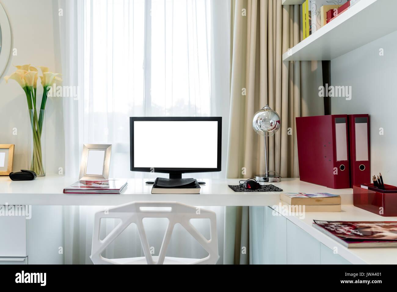 L écran de l ordinateur et sur les outils de bureau bureau dans la
