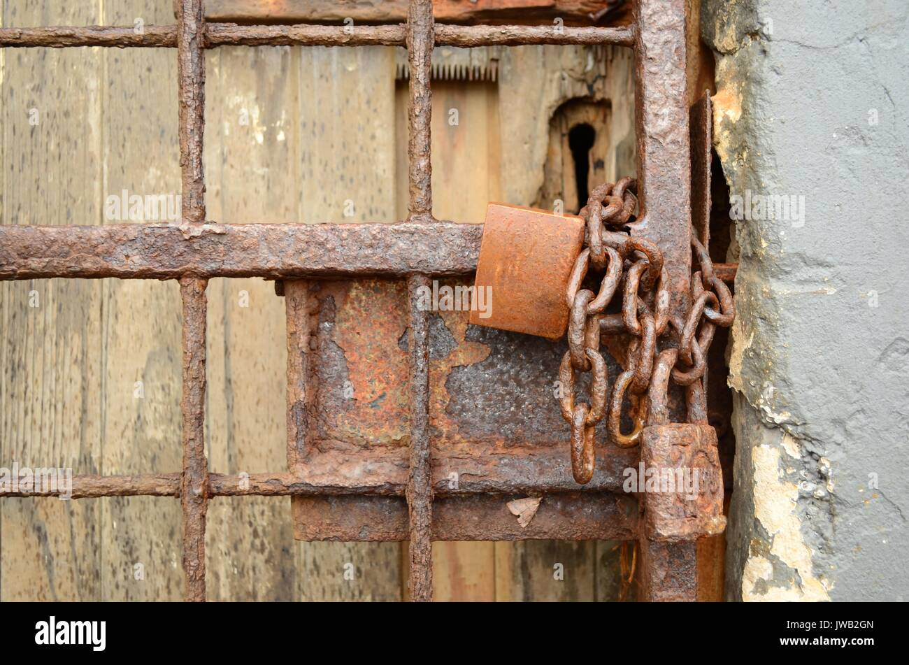 Porte Bois Gris Clair close up of rusty chaîne et cadenas rouillé sur la barrière