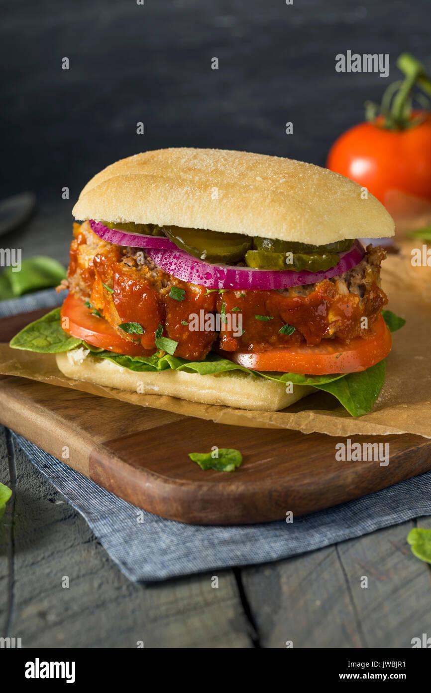 Sandwich de viande salés faits maison avec de la laitue et tomates Photo Stock