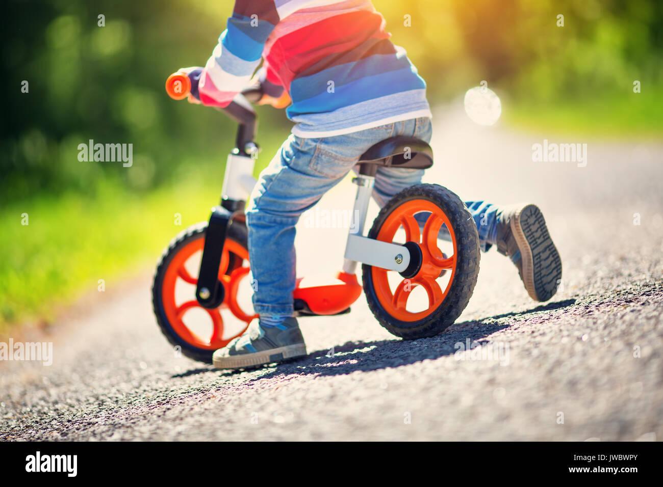 Les enfants sur une bicyclette Photo Stock