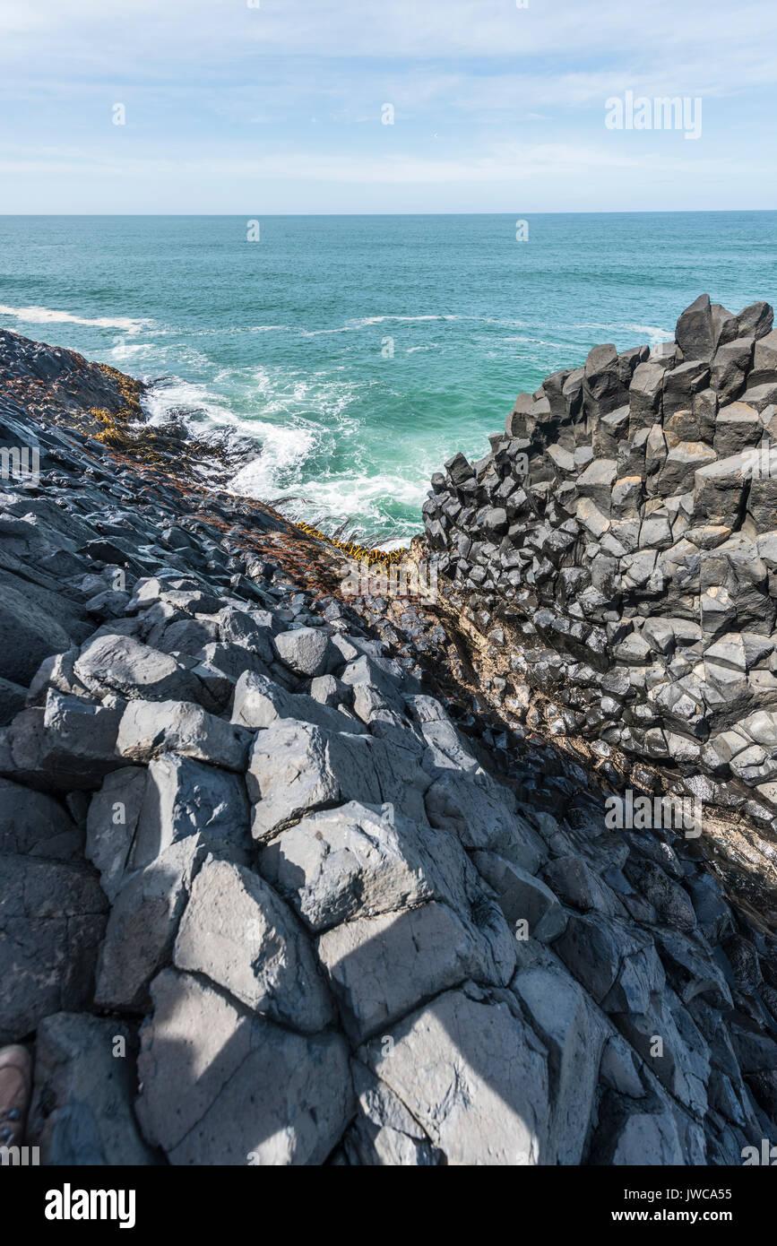 Colonne de basalte hexagonal par la mer, la tête noire, Dunedin, Otago, île du Sud, Nouvelle-Zélande Photo Stock