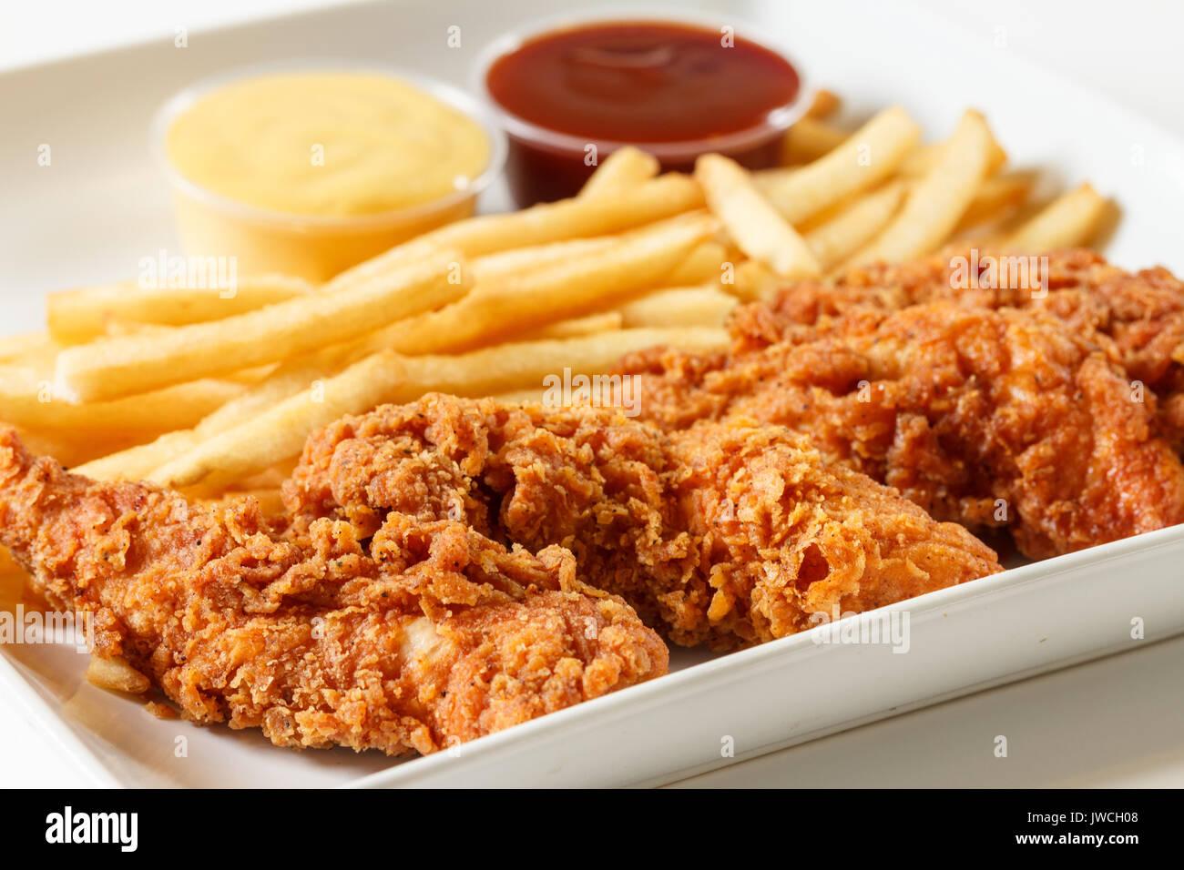 Doigts de poulet frit avec des frites et sauce Photo Stock