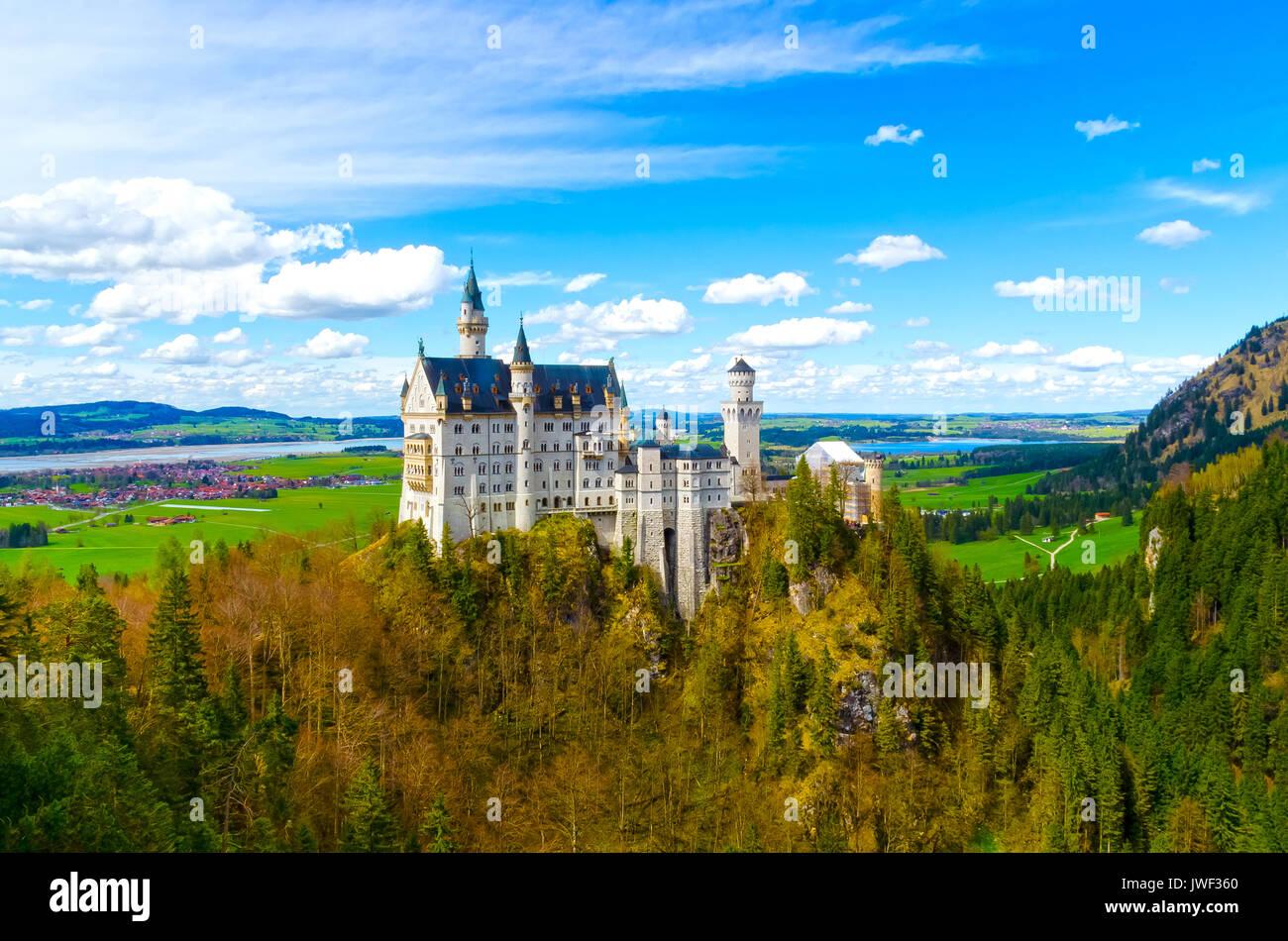 Vue de la célèbre attraction touristique dans les Alpes bavaroises - le 19e siècle le château de Neuschwanstein. Photo Stock