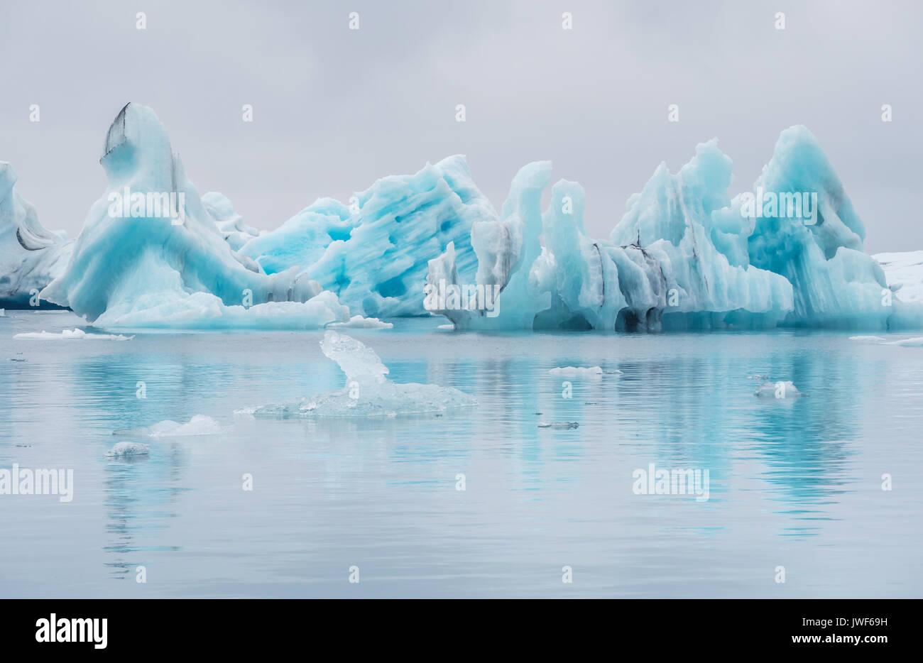 Beau bleu lumineux des icebergs à la dérive dans le lagon du glacier Jökulsárlón, Islande. Photo Stock