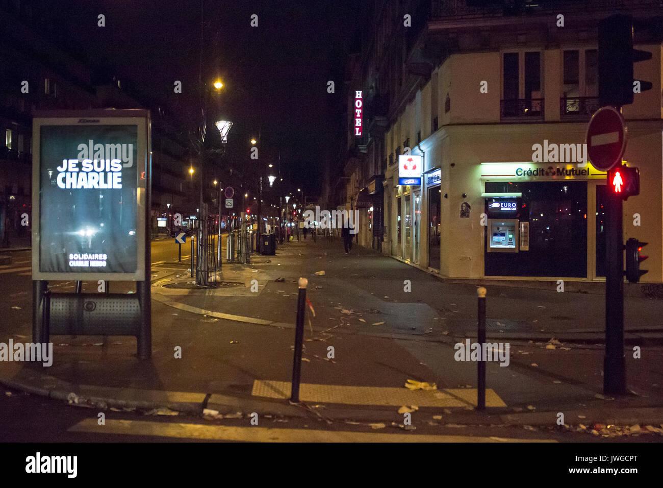 Je suis charlie billboard avec un feu de circulation piétonne rouge sur le boulevard. hommage au victimes de Charlie Hebdo tuant à Paris le 07 janvier Photo Stock