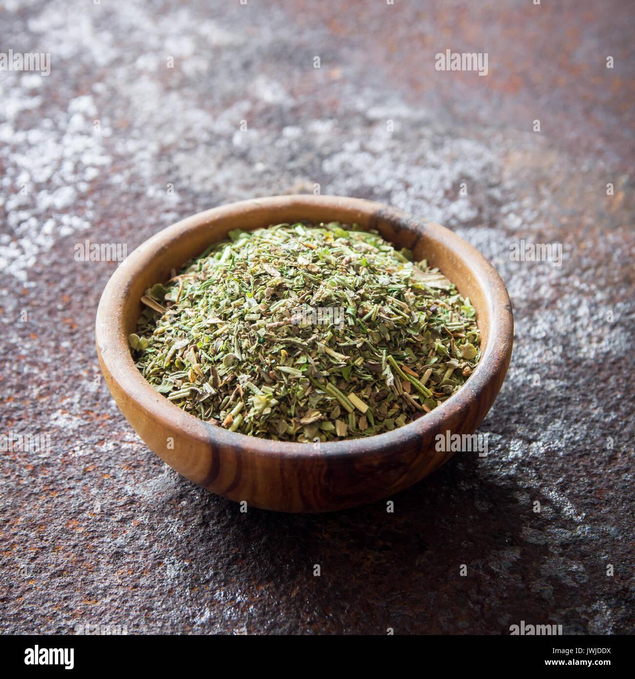 Fines herbes italiennes mixte rustique sur fond de métal, copie de l'espace. Fines herbes séchées, sain ingrédient pour la cuisine. Photo Stock