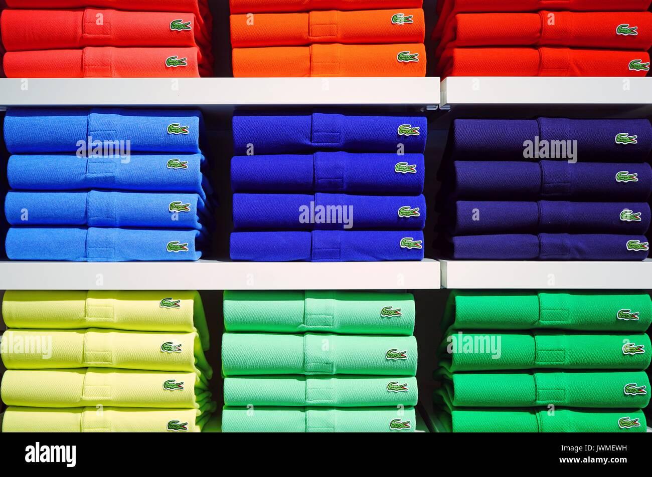 des piles de polos lacoste color u00e9s sur les tablettes des