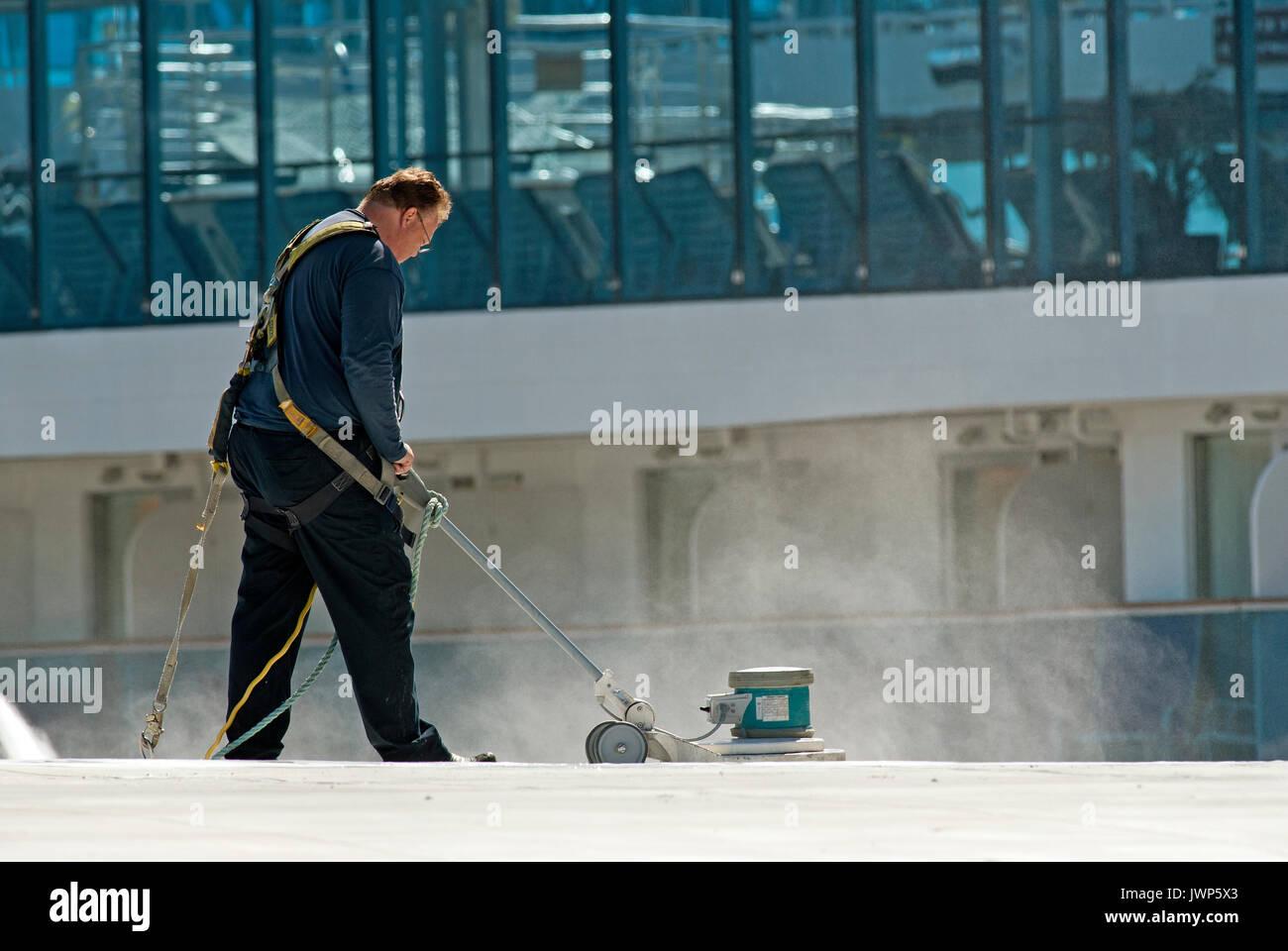 L'homme au travail avec lissage de la machine au sol, Canada Place, Vancouver, British Columbia, Canada Banque D'Images
