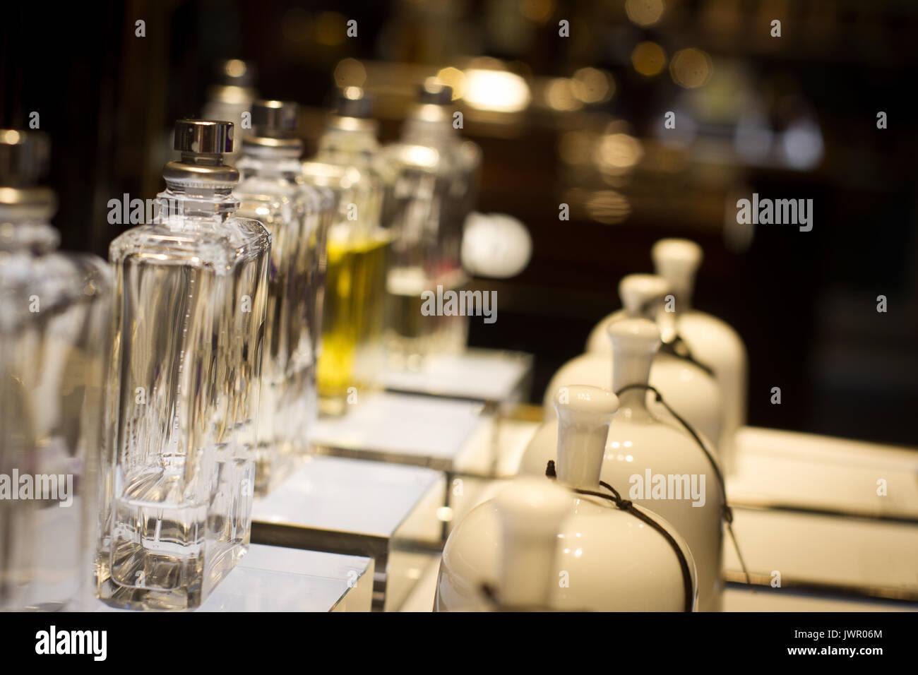 Vue en perspective de parfum en céramique blanche de cloches et de ...