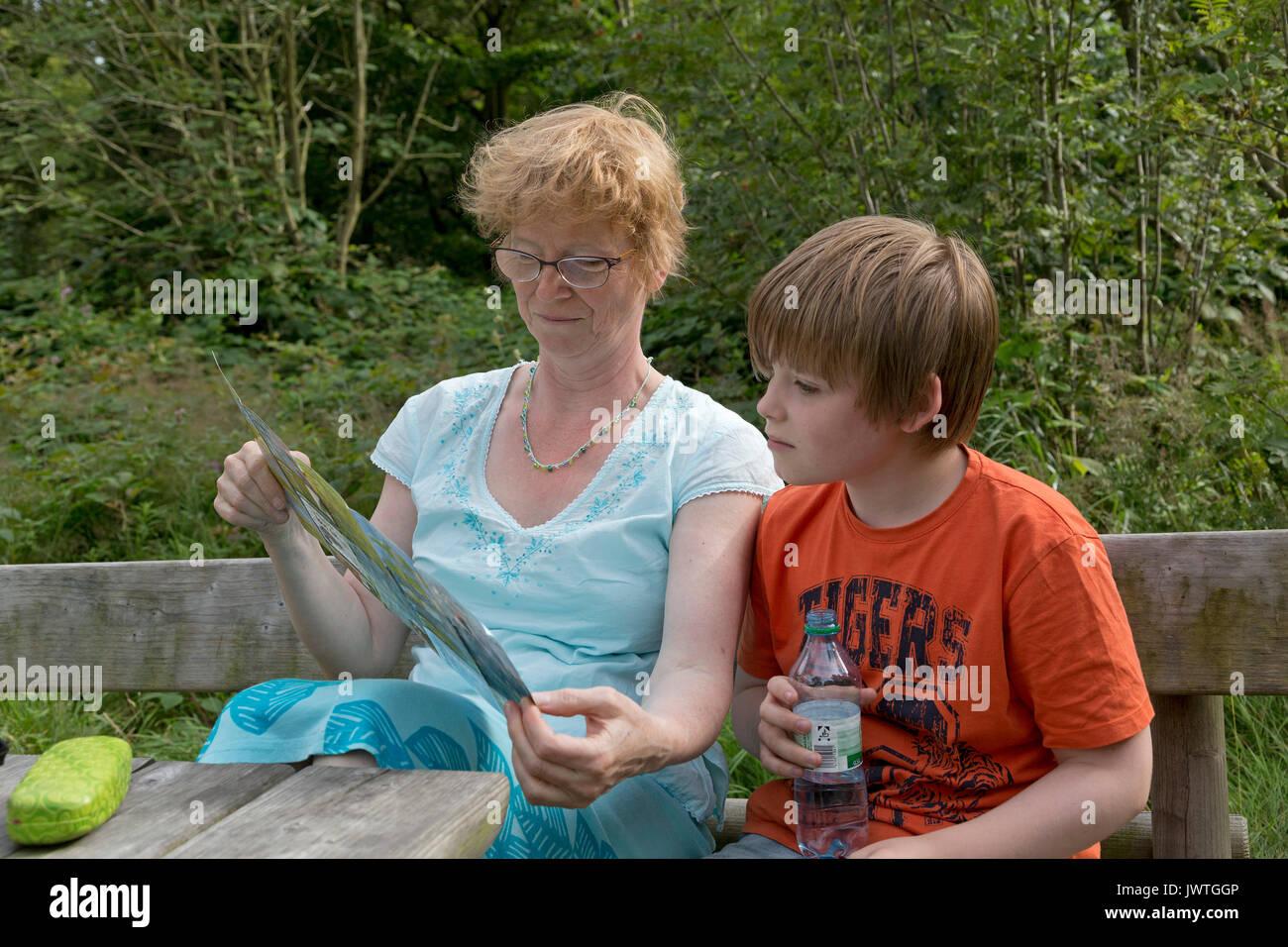 La mère et le fils à la recherche de brochure Photo Stock