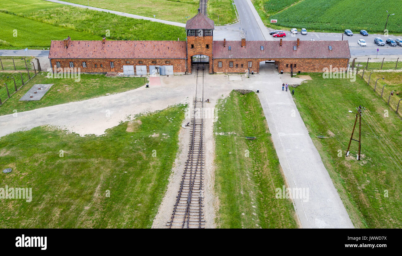 La porte de l\'ancien camp de concentration Auschwitz-Birkenau peut ...