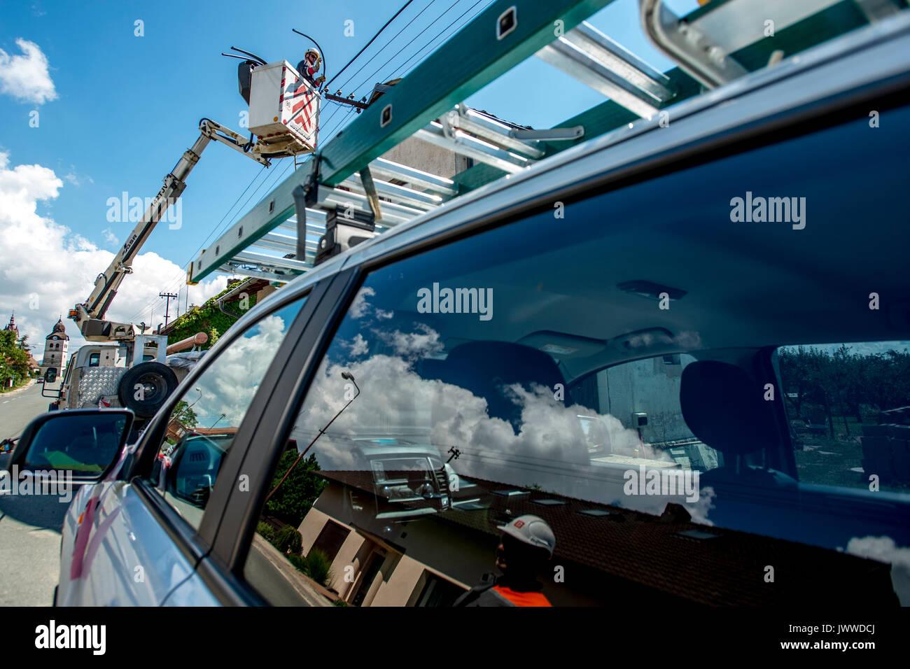 Bohuslavice, République tchèque. 14Th Aug 2017. Quelque 80 des 400 maisons dans Bohuslavice, République tchèque avec environ 1000 habitants ont été endommagés par une tempête qui a balayé il en fin d'après-midi le vendredi, Août 12, 2017, d'infliger un dommage de millions de couronnes, mais pas de blesser qui que ce soit. Quinze maisons sont complètement sans un toit dans Bohuslavice, 14 août 2017. Photo: CTK/Tanecek Photo/Alamy Live News Photo Stock