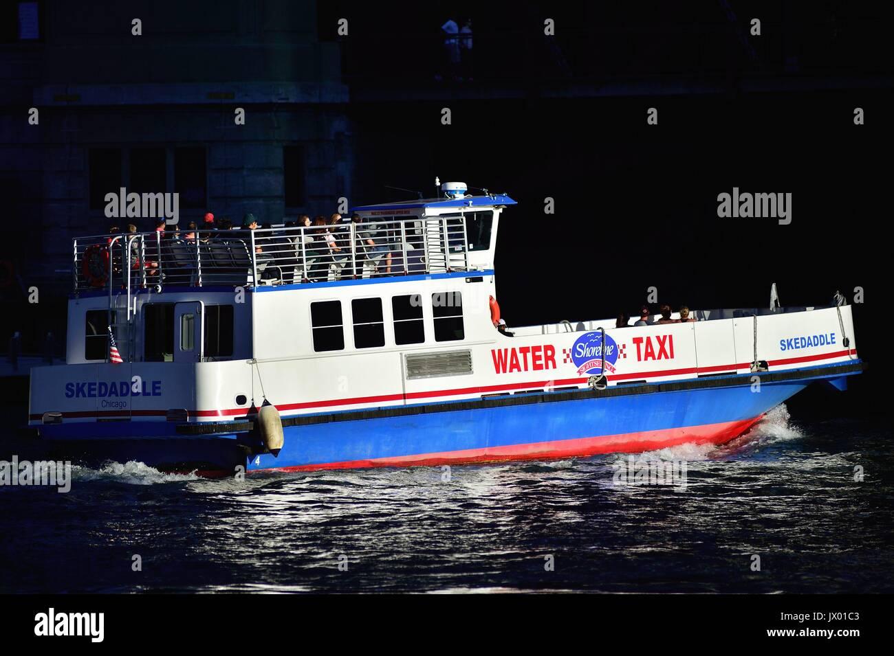 Un taxi d'eau qui traverse la rivière Chicago. Chicago, Illinois, USA. Photo Stock